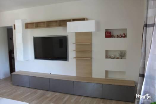 1. Meuble TV sur-mesure, dessiné par Marta Atelier d'Ambiances. La partie basse destinée au rangement par tiroirs.
