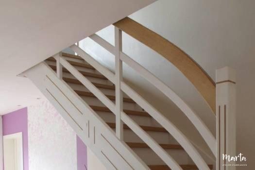 Escalier blanc et bois dessiné par Marta Atelier d'Ambiances par Marta Atelier d'Ambiances, Architecte d'intérieur à Mulhouse, Alsace