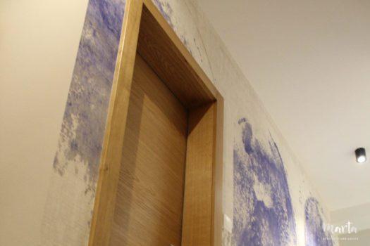 11. Portes en chêne donnant de la chaleur au mur de couleurs froides.