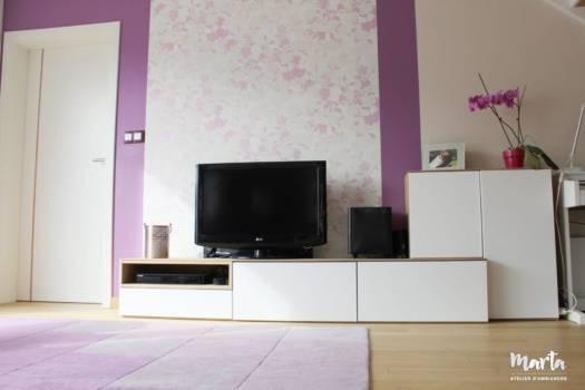 13. Meuble TV épuré, avec les tiroirs très confortables, cachant tous les disques et les cd des clients