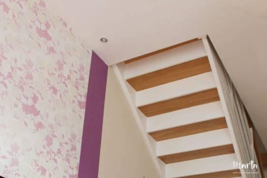14. Escalier et meubles, belle association bois et blanc