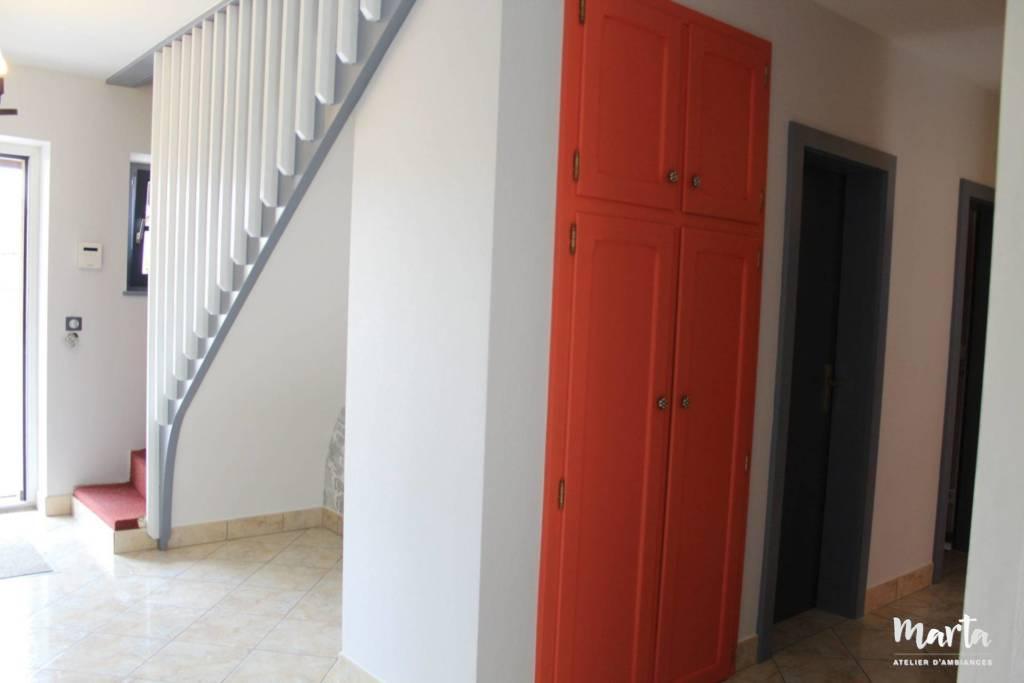 Nouvelles couleurs, blanc, gris et corail pour le couloir totalement changé, par Marta Atelier d'Ambiances, Architecte d'intérieur à Mulhouse, Alsace