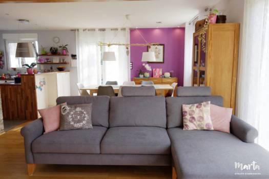 3. Salon accueillant avec canapé confortable et coussins douillets, invitant à se reposer