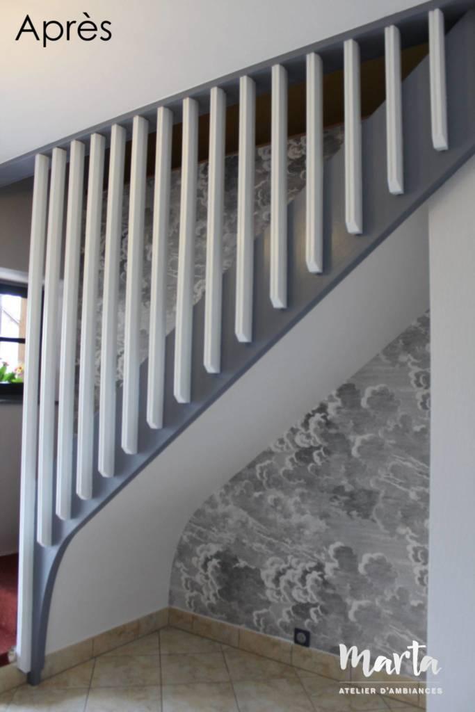 Après -- Nouveau look d'escalier avec joli papier peint panoramique « Les nuages » au mur, Après -- Nouveau look d'escalier avec joli papier peint panoramique « Les nuages » au mur.