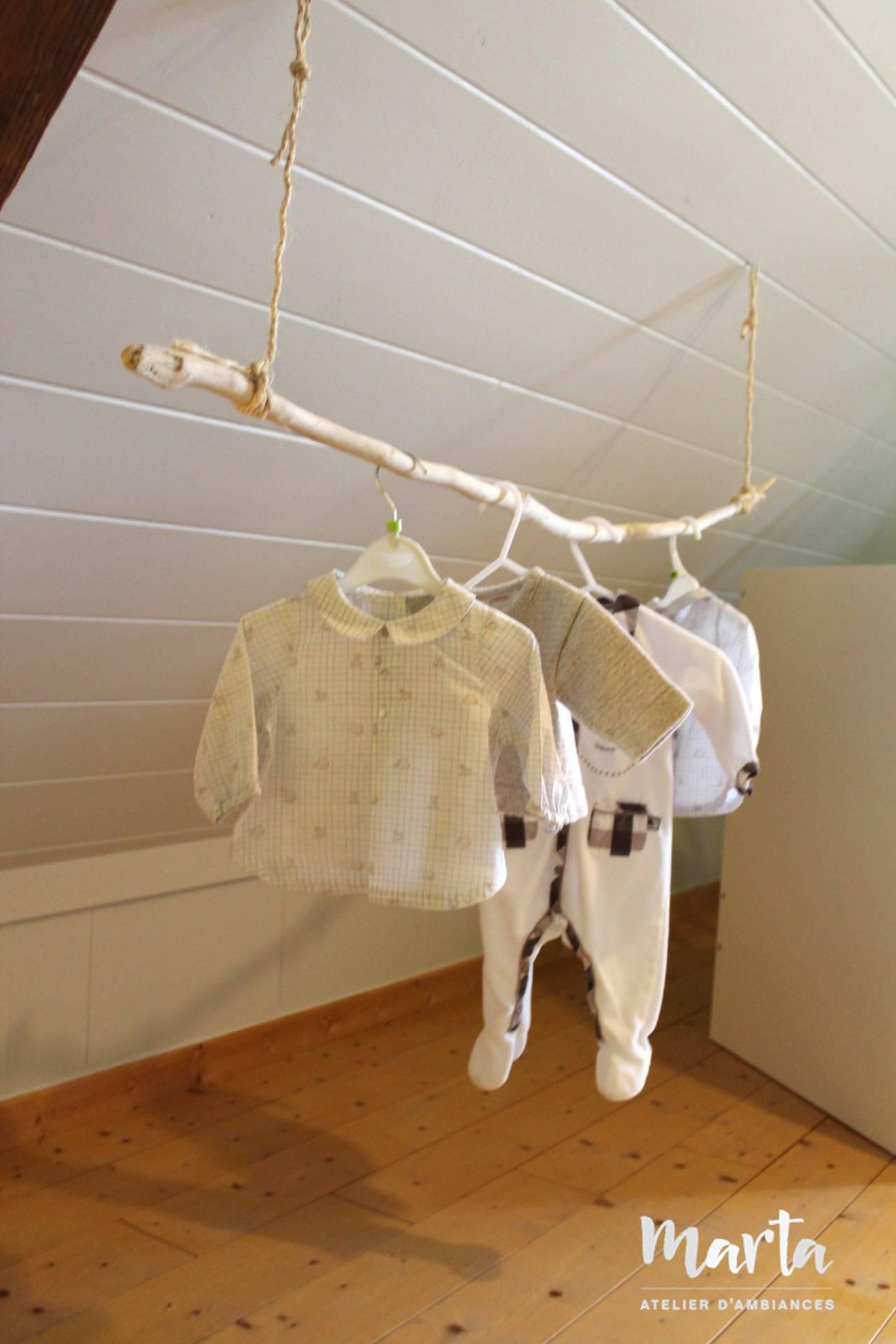 4. Branche de bois flotté en guise de penderie originale et très décorative pour cette chambre