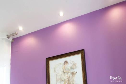 4. Douceur de mur violet et la chaleur du bois chêne sur le buffet