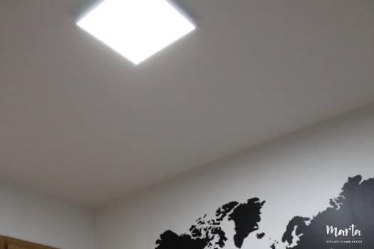 Sticker mural « Carte du monde » au-dessus du lit en référence au hobby du propriétaire, par Marta Atelier d'Ambiances, Architecte d'intérieur à Mulhouse, Alsace