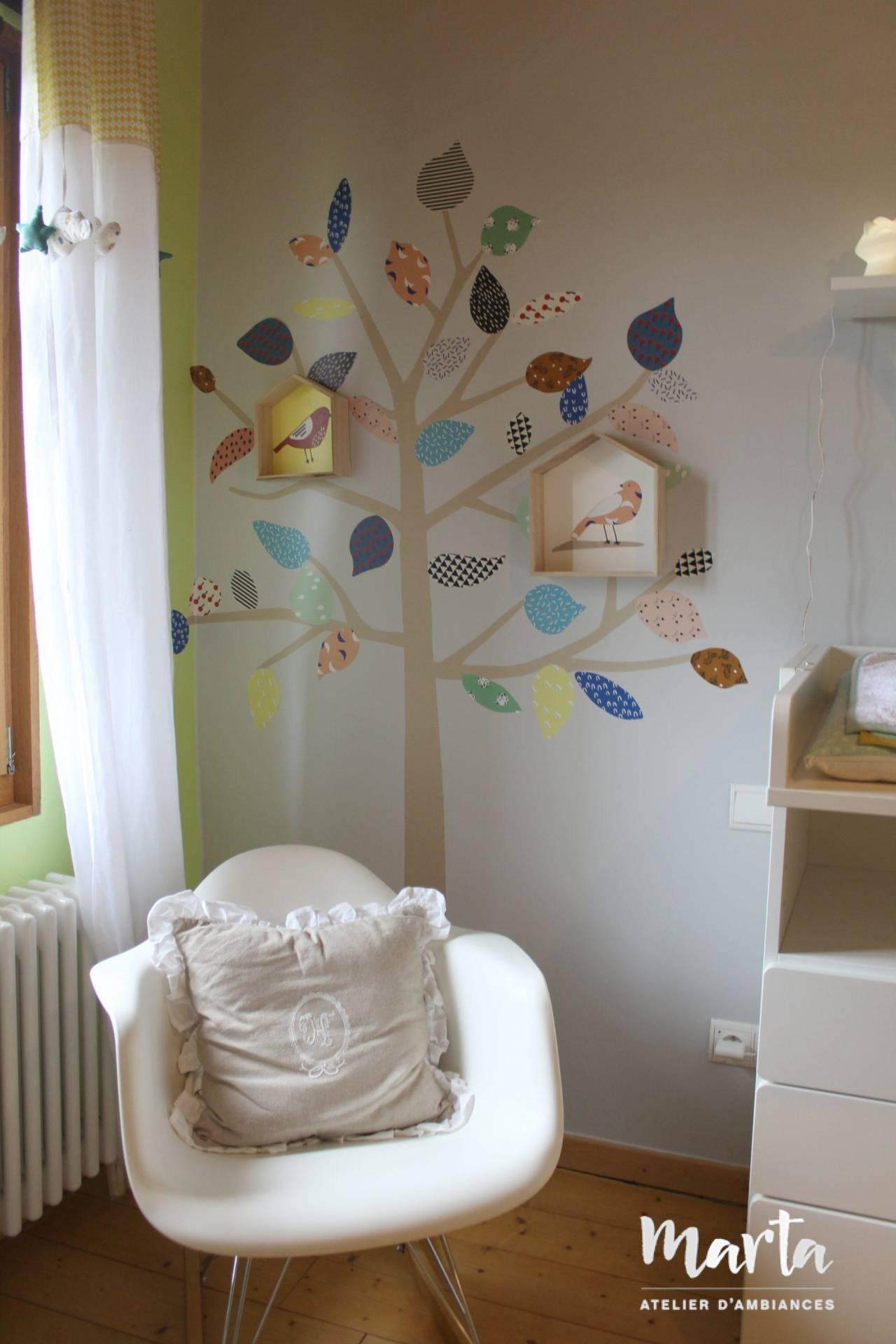 oin de détente pour maman et bébé, embelli par un joli sticker d'arbre avec des oiseaux, par Marta Atelier d'Ambiances, Architecte d'intérieur à Mulhouse, Alsace