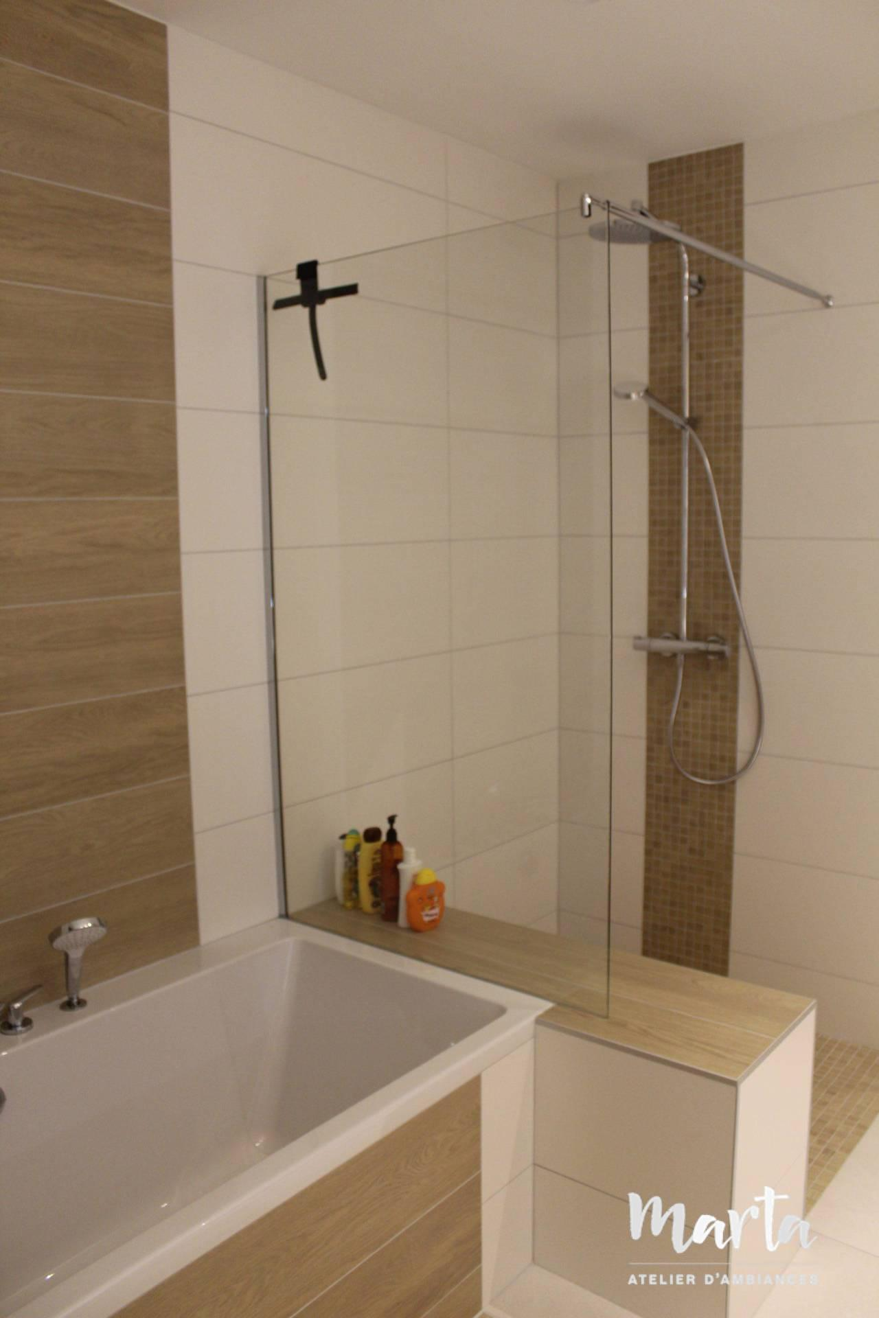 Petit muret avec paroi en verre qui sépare la baignoire et la douche., par Marta Atelier d'Ambiances, Architecte d'intérieur à Mulhouse, Alsace