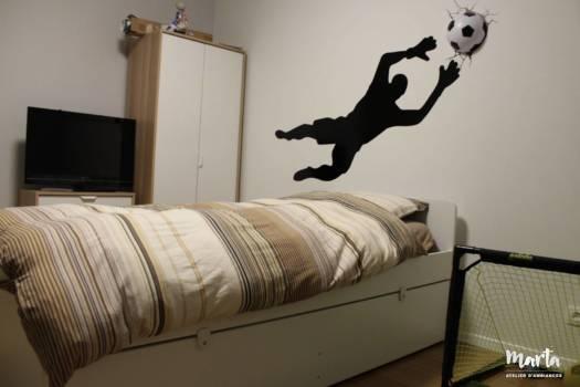 Sticker « Gardien de but » au-dessus du lit, par Marta Atelier d'Ambiances, Architecte d'intérieur à Mulhouse, Alsace