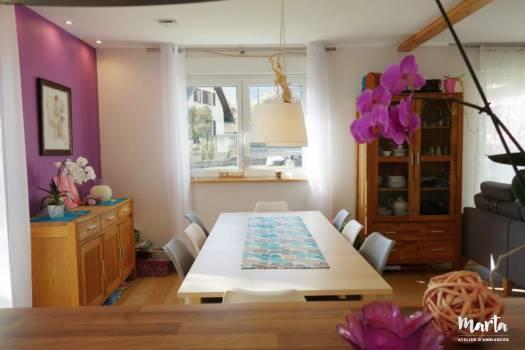 Salle à manger très conviviale, avec une grande table, des chaises très confortables, par Marta Atelier d'Ambiances, Architecte d'intérieur à Mulhouse, Alsace