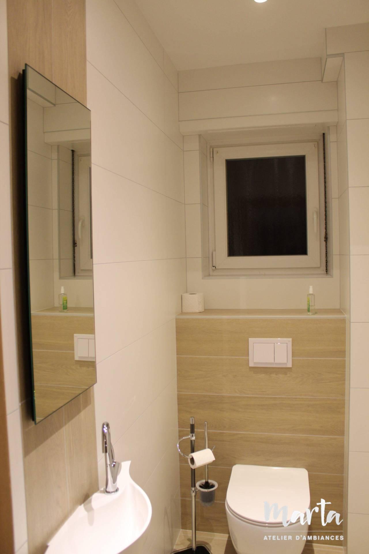 Les toilettes effet bois et blanc, par Marta Atelier d'Ambiances, Architecte d'intérieur à Mulhouse, Alsace