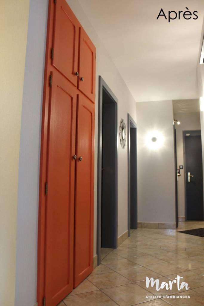 Après -- Toutes les portes peintes en gris, juste l'armoire en corail pour égayer l'ambiance.