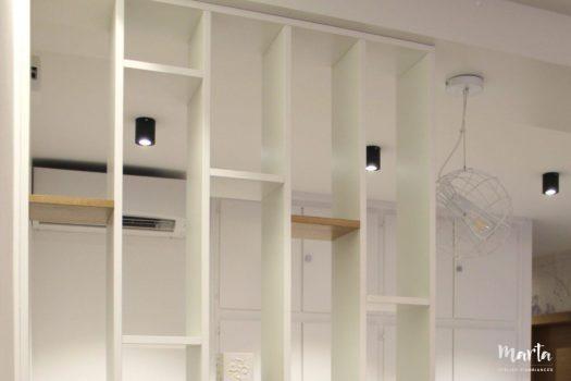 8. Claustra en blanc et bois, créée sur-mesure. La solution ajourée pour séparer