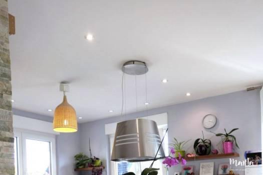 8. Cuisine blanc et bois avec un hotte suspendue, comme une lampe, fixée au-dessus de la plaque