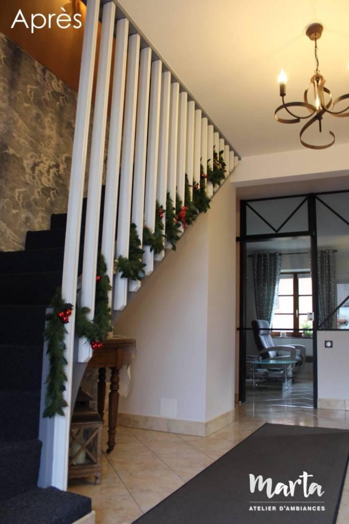9. Après -- Verrière avec porte coulissante, apportant la lumière et du volume au couloir.