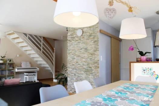 9. Mur de cagibi, couvert par parement de pierre, qui donne une ambiance chaleureuse et du caractère à la pièce