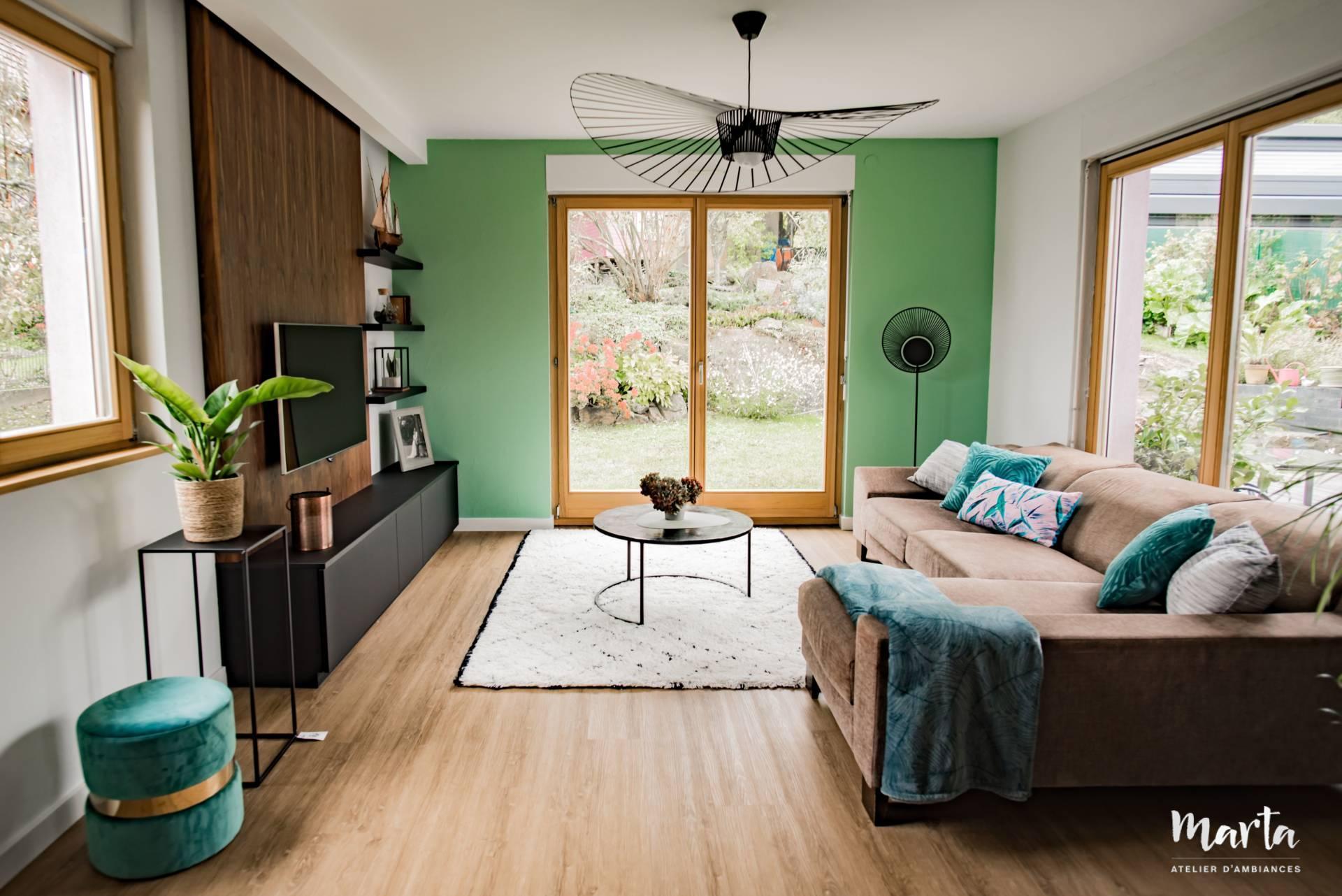 Salon moderne avec du bois et vert, par Marta Atelier d'Ambiances, Architecte d'intérieur à Mulhouse, Alsace