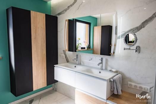 Colonnes avec de rangement noires et bois, par Marta Atelier d'Ambiances, Architecte d'intérieur à Mulhouse, Alsace