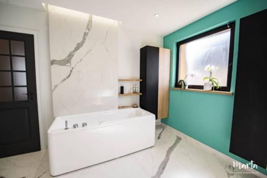 La baignoire balneo accentué par un grand carreau de marbre, par Marta Atelier d'Ambiances, Architecte d'intérieur à Mulhouse, Alsace