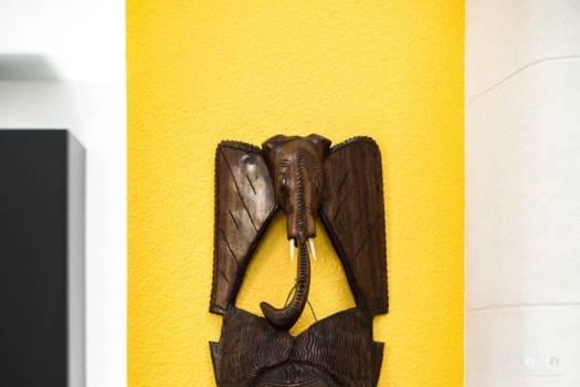 Masque africain sur fond ,par Marta Atelier d'Ambiances, Architecte d'intérieur à Mulhouse, Alsace jaune