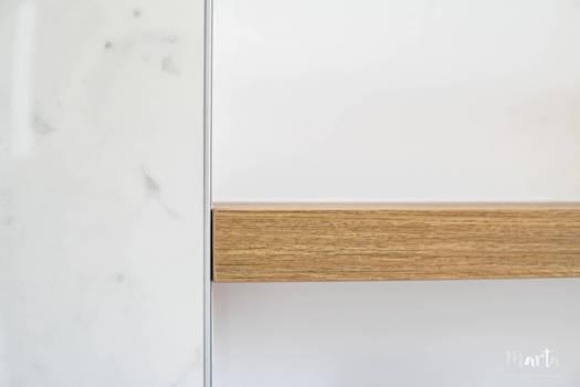 Détail d'une étagère avec le panneau marbre, par Marta Atelier d'Ambiances, Architecte d'intérieur à Mulhouse, Alsace