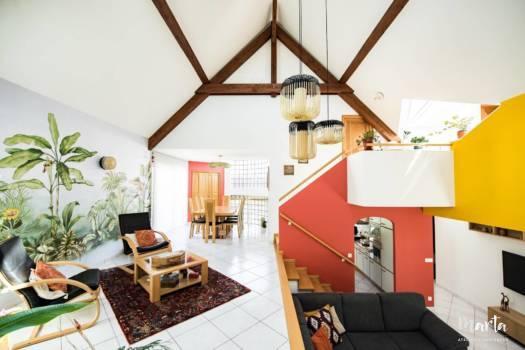 Vert, rouge et jaune qui donnent du caractère à cette salle de séjour ,par Marta Atelier d'Ambiances, Architecte d'intérieur à Mulhouse, Alsace