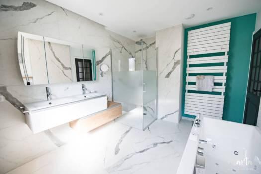 Salle de bain lumineux nous invitant à se détendre, par Marta Atelier d'Ambiances, Architecte d'intérieur à Mulhouse, Alsace