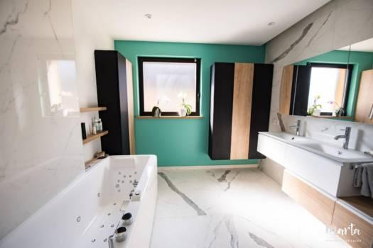 Nuance de bleu turquoise au fond de la salle de bain, par Marta Atelier d'Ambiances, Architecte d'intérieur à Mulhouse, Alsace