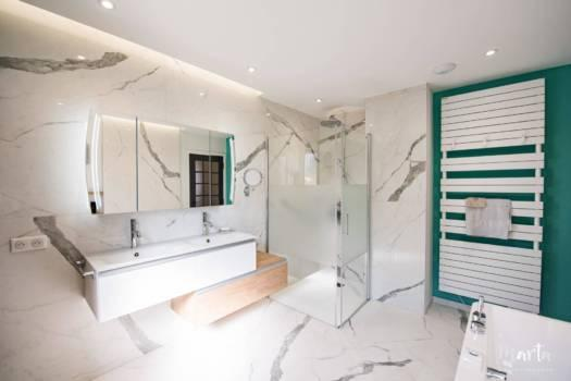Éclairage d'ambiance sur le mur avec des vasques, par Marta Atelier d'Ambiances, Architecte d'intérieur à Mulhouse, Alsace